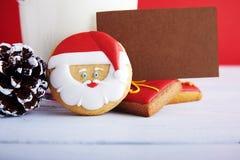 Μπισκότα για Santa: μπισκότα πιπεροριζών, γάλα και διακόσμηση Χριστουγέννων στοκ εικόνα