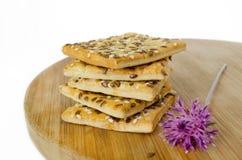 Μπισκότα δημητριακών σε έναν ξύλινο πίνακα άγρια περιοχές λουλου&de Άσπρη ανασκόπηση Στοκ φωτογραφίες με δικαίωμα ελεύθερης χρήσης
