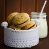 Μπισκότα και γάλα γυαλιού στον ξύλινο πίνακα Στοκ φωτογραφία με δικαίωμα ελεύθερης χρήσης
