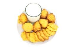 Μπισκότα και γάλα στο αεροπλάνο Στοκ Φωτογραφίες