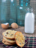 Μπισκότα και γάλα τσιπ σοκολάτας Στοκ εικόνα με δικαίωμα ελεύθερης χρήσης
