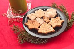 Μπισκότα και διακοσμήσεις Χριστουγέννων στο κόκκινο υπόβαθρο Στοκ εικόνα με δικαίωμα ελεύθερης χρήσης