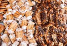μπισκότα και ζύμες στο αρτοποιείο για την πώληση στοκ εικόνα