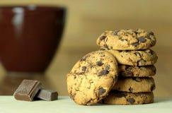 Μπισκότα και κακάο σοκολάτας Ξύλινη ανασκόπηση Κλείστε επάνω την όψη Στοκ Εικόνες