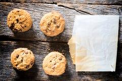 Μπισκότα και κενό έγγραφο στοκ φωτογραφία