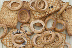 Μπισκότα και μικρά bagels στον πίνακα Στοκ Φωτογραφίες