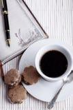 Μπισκότα και σημειωματάριο Στοκ εικόνες με δικαίωμα ελεύθερης χρήσης