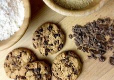 Μπισκότα και συστατικά σοκολάτας για το ψήσιμο Τοπ όψη Στοκ εικόνα με δικαίωμα ελεύθερης χρήσης