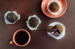 Μπισκότα και φλυτζάνι καφέ στον πίνακα Στοκ Εικόνες