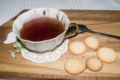 Μπισκότα και φλυτζάνι τσαγιού Στοκ Φωτογραφίες