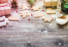 Μπισκότα και δώρα Χριστουγέννων στο ξύλινο υπόβαθρο Στοκ Εικόνα