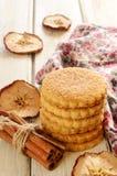 Μπισκότα κανέλας της Apple στον ξύλινο πίνακα Στοκ Φωτογραφία
