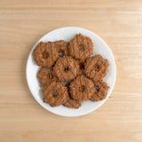 Μπισκότα καραμέλας καρύδων φοντάν σε ένα άσπρο πιάτο Στοκ Εικόνες
