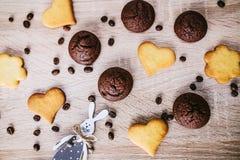 Μπισκότα καρδιά-μορφής στον ξύλινο πίνακα στοκ εικόνα με δικαίωμα ελεύθερης χρήσης