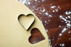 Μπισκότα καρδιών ψησίματος Στοκ φωτογραφίες με δικαίωμα ελεύθερης χρήσης