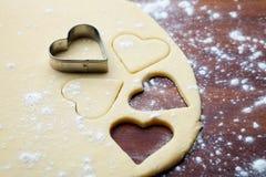 Μπισκότα καρδιών ψησίματος Στοκ Φωτογραφίες
