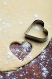 Μπισκότα καρδιών ψησίματος Στοκ φωτογραφία με δικαίωμα ελεύθερης χρήσης