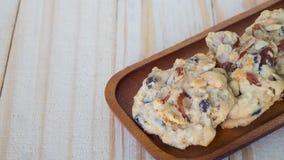 Μπισκότα καρυδιών στον ξύλινο δίσκο , Μπισκότα σοκολάτας στον ξύλινο πίνακα , Στοκ Εικόνες