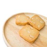 Μπισκότα καρυδιών των δυτικών ανακαρδίων σε ένα ξύλινο πιάτο και ένα άσπρο υπόβαθρο Στοκ φωτογραφίες με δικαίωμα ελεύθερης χρήσης