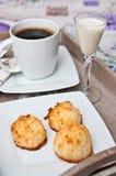 Μπισκότα καρύδων με το ποτό και τον καφέ malibu Στοκ Εικόνα