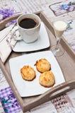 Μπισκότα καρύδων με το ποτό και τον καφέ malibu Στοκ φωτογραφίες με δικαίωμα ελεύθερης χρήσης