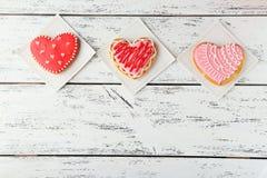Μπισκότα καρδιών σε ένα άσπρο ξύλινο υπόβαθρο Στοκ Εικόνες