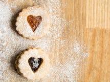 Μπισκότα καρδιών σε ένα ξύλινο υπόβαθρο Στοκ Εικόνες