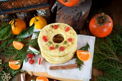 Μπισκότα κουλουρακιών που διαμορφώνονται ως δαχτυλίδια που διακοσμούνται με το ξηρά κεράσι και τα καρύδια Στοκ εικόνες με δικαίωμα ελεύθερης χρήσης