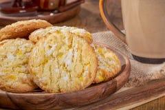 Μπισκότα κροταλισμάτων λεμονιών σε ένα ξύλινο πιάτο στοκ εικόνα