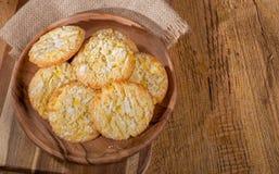 Μπισκότα κροταλισμάτων λεμονιών σε ένα ξύλινο πιάτο στοκ εικόνες