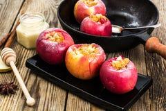 Μπισκότα μήλων με τις σταφίδες, το μέλι και την κονιοποιημένη ζάχαρη Στοκ φωτογραφία με δικαίωμα ελεύθερης χρήσης
