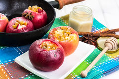 Μπισκότα μήλων με τις σταφίδες, το μέλι και την κονιοποιημένη ζάχαρη Στοκ Εικόνες