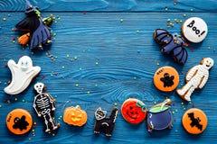 Μπισκότα μελοψωμάτων αποκριών μαγείρων με τη μάγισσα, ρόπαλο Μπλε τοπ άποψη υποβάθρου copyspace Στοκ Εικόνες