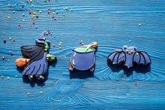 Μπισκότα μελοψωμάτων αποκριών μαγείρων με τη μάγισσα, ρόπαλο Μπλε τοπ άποψη υποβάθρου copyspace Στοκ Εικόνα