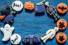 Μπισκότα μελοψωμάτων αποκριών μαγείρων με τη μάγισσα, ρόπαλο Μπλε τοπ άποψη υποβάθρου copyspace Στοκ Φωτογραφίες