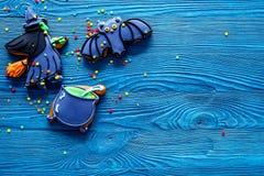 Μπισκότα μελοψωμάτων αποκριών μαγείρων με τη μάγισσα, ρόπαλο Μπλε τοπ άποψη υποβάθρου copyspace Στοκ εικόνες με δικαίωμα ελεύθερης χρήσης