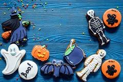 Μπισκότα μελοψωμάτων αποκριών μαγείρων με τη μάγισσα, ρόπαλο Μπλε τοπ άποψη υποβάθρου copyspace Στοκ Φωτογραφία