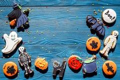 Μπισκότα μελοψωμάτων αποκριών μαγείρων με τη μάγισσα, ρόπαλο Μπλε τοπ άποψη υποβάθρου copyspace Στοκ φωτογραφία με δικαίωμα ελεύθερης χρήσης
