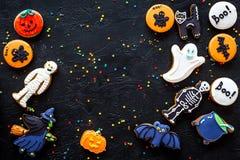 Μπισκότα μελοψωμάτων αποκριών μαγείρων με το ρόπαλο, σκελετός, τοπ άποψη υποβάθρου φαντασμάτων μαύρη copyspace Στοκ Φωτογραφία