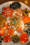 Μπισκότα μελοψωμάτων στο άσπρο πιάτο με τα χρυσά φω'τα στοκ φωτογραφίες