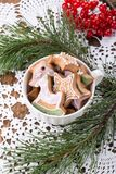 Μπισκότα μελοψωμάτων τα Χριστούγεννα διακοσμούν τις φρέσκες βασικές ιδέες διακοσμήσεων στοκ εικόνες