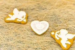 Μπισκότα μελοψωμάτων υπό μορφή cupids και καρδιών Στοκ Εικόνες