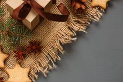 Μπισκότα μελοψωμάτων Χριστουγέννων και δώρα Χριστουγέννων Στοκ φωτογραφίες με δικαίωμα ελεύθερης χρήσης