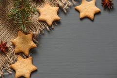Μπισκότα μελοψωμάτων Χριστουγέννων και δώρα Χριστουγέννων Στοκ Φωτογραφία