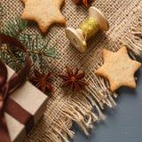 Μπισκότα μελοψωμάτων Χριστουγέννων και δώρα Χριστουγέννων Στοκ εικόνες με δικαίωμα ελεύθερης χρήσης