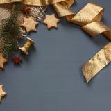 Μπισκότα μελοψωμάτων Χριστουγέννων και δώρα Χριστουγέννων Στοκ Εικόνες