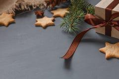 Μπισκότα μελοψωμάτων Χριστουγέννων και δώρα Χριστουγέννων Στοκ Φωτογραφίες