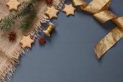 Μπισκότα μελοψωμάτων Χριστουγέννων και δώρα Χριστουγέννων Στοκ Εικόνα