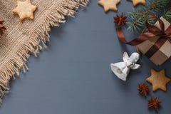 Μπισκότα μελοψωμάτων Χριστουγέννων και δώρα Χριστουγέννων Στοκ φωτογραφία με δικαίωμα ελεύθερης χρήσης
