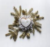 Μπισκότα μελοψωμάτων Χριστουγέννων υπό μορφή καρδιών με το άσπρο ι Στοκ φωτογραφία με δικαίωμα ελεύθερης χρήσης